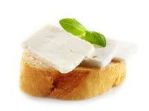 Brood met verse geitkaas stock foto's