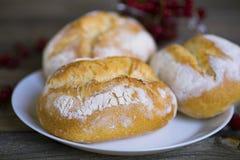 Brood met wit poeder op een plaat Royalty-vrije Stock Afbeeldingen