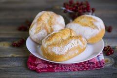 Brood met wit poeder op een plaat Stock Afbeelding