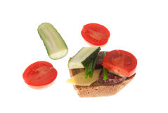 Brood met worst en groenten Stock Afbeelding