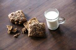 Brood met zaden en kop van melk op de lijst Royalty-vrije Stock Afbeelding