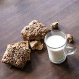 Brood met zaden en kop van melk op de lijst Royalty-vrije Stock Fotografie