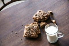 Brood met zaden en kop van melk op de lijst Stock Foto's