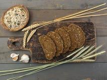 Brood met zaden op een houten lijst Stock Afbeelding