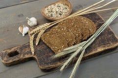 Brood met zaden op een houten lijst Stock Foto