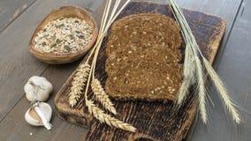 Brood met zaden op een houten lijst Royalty-vrije Stock Afbeeldingen