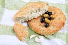 Brood, olijven en knoflook Royalty-vrije Stock Foto's