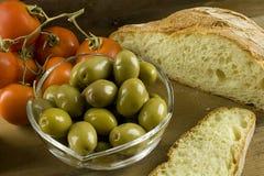Brood, olijven en tomaten Stock Afbeeldingen