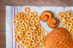 Brood, ongezuurde broodjes en brood op de lijst Royalty-vrije Stock Foto's