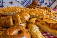 Brood op de achtergrond van etnische handdoeken Royalty-vrije Stock Fotografie