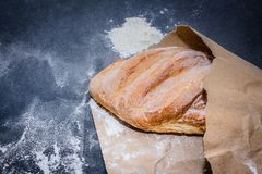 Brood op de lijst enkel van het fornuis stock afbeeldingen