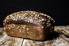 Brood op een houten lijst stock fotografie