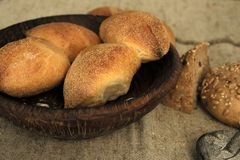 Brood op een houten plaat stock afbeelding