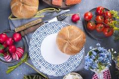 Brood op een plaat, en groenten op een lijst De ruimte van het exemplaar Vlak leg stock afbeeldingen