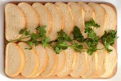 Brood op een raad Stock Afbeeldingen