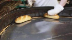 Brood op een transportband Productie van brood stock video