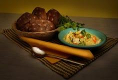 Brood op mand en deegwarengedeelte Stock Afbeelding