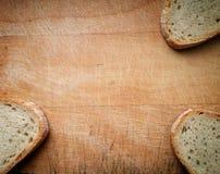 Brood op oude houten lijst royalty-vrije stock foto's