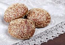 Brood op rustieke lijst stock afbeeldingen