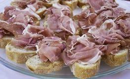Brood in plakken met ruwe ham van San Daniele wordt gesneden die royalty-vrije stock foto