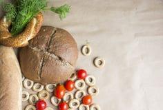 Brood, tarwe en rogge op een beige achtergrond stock afbeelding