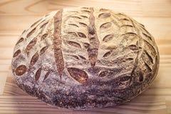 Brood van artisanaal rustiek brood royalty-vrije stock foto's