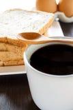 Brood van de plak het gehele tarwe met zwarte koffie Royalty-vrije Stock Foto's