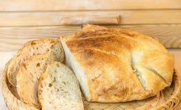 Brood van gesneden wit artisanaal brood, op de lijst dichtbij breadbasket royalty-vrije stock foto