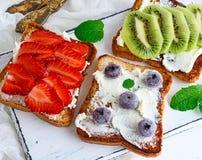 Brood van witte die tarwe met gestremde melk wordt gesmeerd Royalty-vrije Stock Foto's