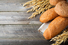 Brood volkorenhaver en boekweitbloem met aren op oude houten achtergrond Royalty-vrije Stock Foto