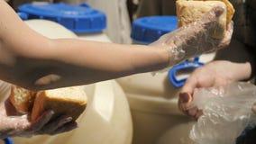 Brood voor dakloze mensen stock video
