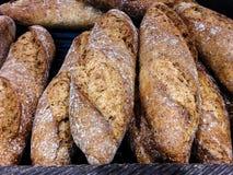 Brood voor verkoop bij de lokale bakkerij wordt gebakken die royalty-vrije stock foto's