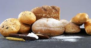 Broodbroden met tarwekorrels en bloem stock videobeelden
