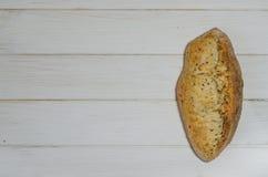 Broodbrood met chips op witte achtergrond met exemplaarruimte stock afbeeldingen