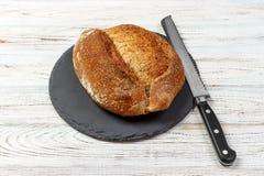 Broodbrood met mes op Zwarte Leiraad Hoogste mening royalty-vrije stock afbeeldingen