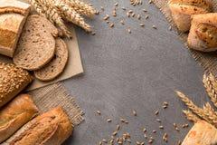 Broodgrens op steenlijst met exemplaar ruimteachtergrond Bakkerij, het koken en het concept van de kruidenierswinkelopslag royalty-vrije stock fotografie