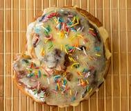 Broodje dat van tarwemeel wordt gemaakt dat op houten achtergrond wordt geïsoleerd stock afbeeldingen