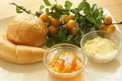 Broodje en croissant met gele pruimjam royalty-vrije stock foto