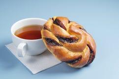Broodje en kop thee Royalty-vrije Stock Fotografie