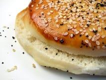 Broodje-Gescheiden sesamzaad Stock Foto's