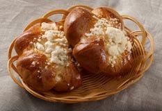 Broodje in mand Stock Afbeeldingen