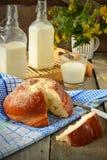 Broodje met boter en melk Ontbijt in rustieke stijl Selectief F Stock Afbeeldingen