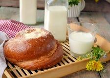 Broodje met boter en melk Ontbijt in rustieke stijl Selectief F Stock Afbeelding