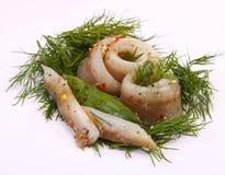 Broodje met haringen Haringen op pertse esklyuziv schotel van ryby Dossierlodde Behoud van Haringen Stock Foto's