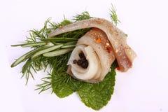 Broodje met haringen Haringen op pertse esklyuziv schotel van ryby Dossierlodde Behoud van Haringen Stock Afbeelding