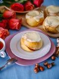 Broodje met kaneel en kremoi Stock Foto