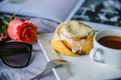 Broodje met kaneel en kremoi Royalty-vrije Stock Fotografie