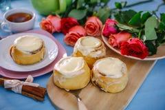 Broodje met kaneel en kremoi Royalty-vrije Stock Afbeeldingen