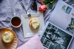Broodje met kaneel en kremoi Stock Foto's