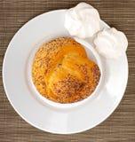 Broodje met papaverzaden Royalty-vrije Stock Afbeeldingen